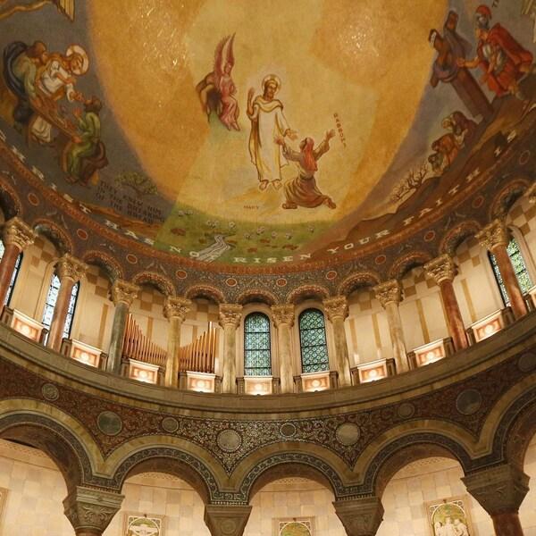 Vue en contre-plongée de la rotonde couvrant le sanctuaire de la basilique de Saint-Louis au Missouri avec colonnes, peintures et dorures