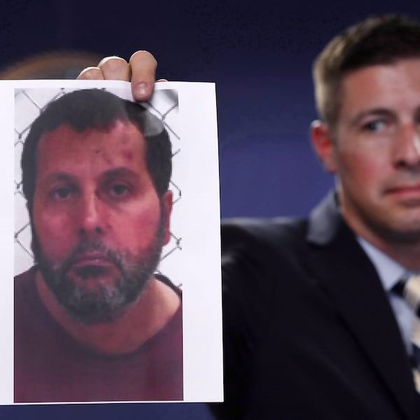 Un agent du FBI brandit une photo d'Amor Ftouhi, reconnu coupable d'acte terroriste.