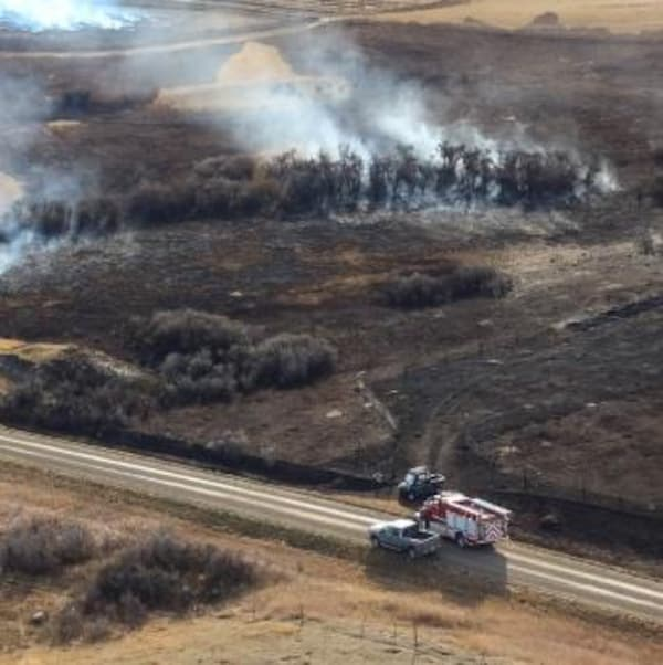 Un champ incendié encore en fumée près de Burstall, en Saskatchewan