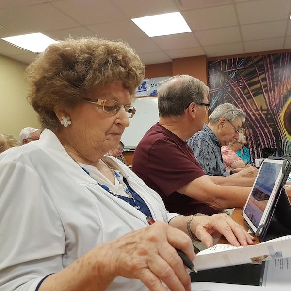 Des aînés suivant une formation sur les ordinateurs.