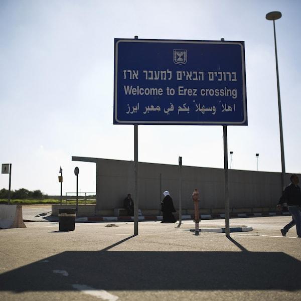 Un panneau indiquant le passage à la frontière d'Erez
