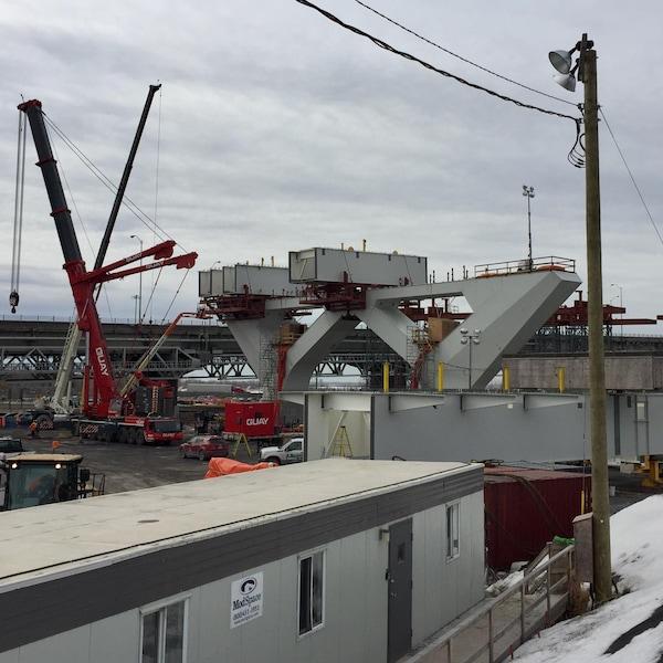 Des poutres-caissons sont installées sur les piliers du pont.
