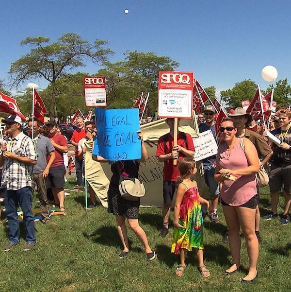 Syndiqués en grève sur la pelouse avec des pancartes