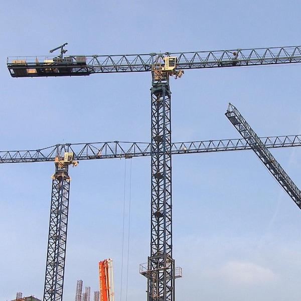Des grues sur un chantier de construction de Montréal.