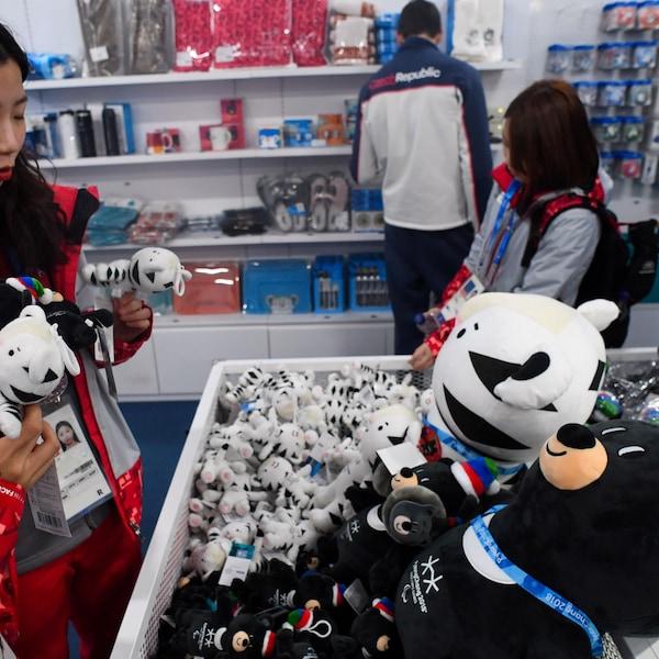 Des bénévoles achètent des produits dérivés au Super Store du Parc olympique, en Corée du Sud.