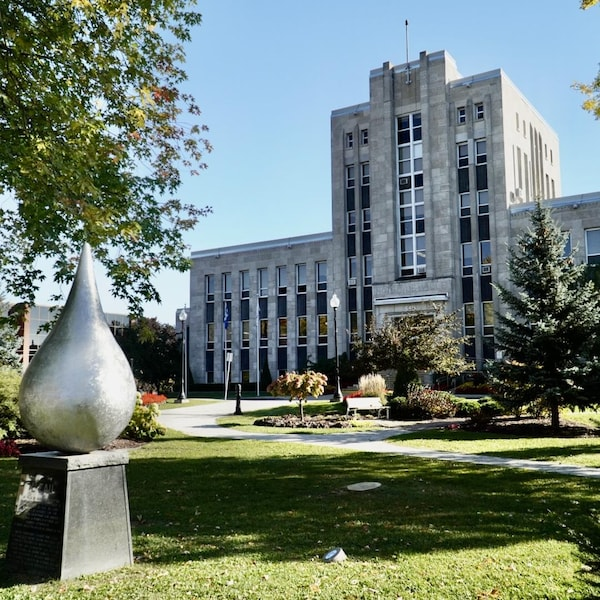 La façade et la devanture de l'hôtel de ville de Shawinigan, avec la sculpture représentant une goutte d'eau.