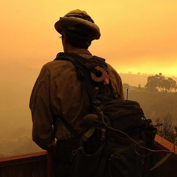 Un pompier prend un moment de répit dans les collines de Carpinteria, au nord-ouest de Los Angeles, en Californie.