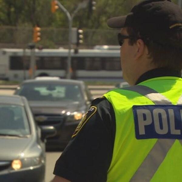 Un policier de Winnipeg debout qui veille à la circulation