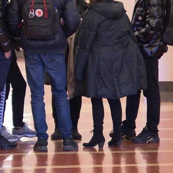 Groupe de personnes dans un couloir