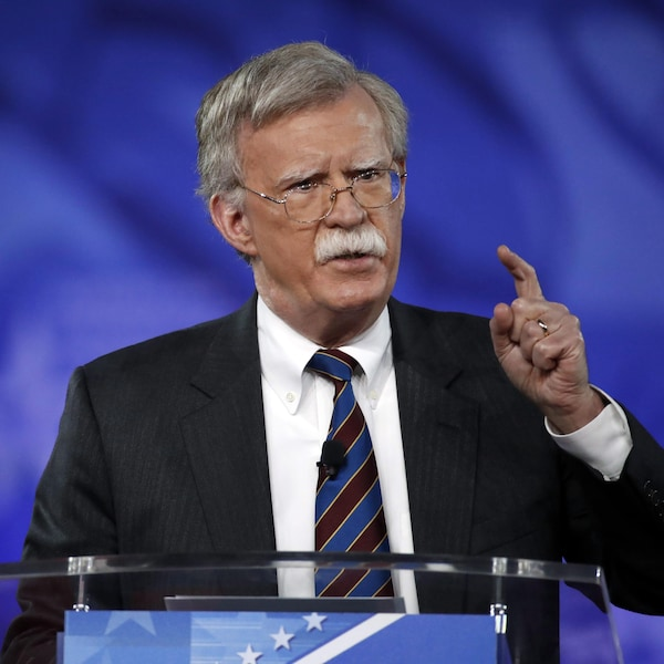 L'ex-ambassadeur américain John Bolton prononçant une allocution au podium lors de la conférence conservatrice CPAC.