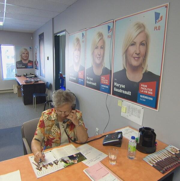 Une bénévole répond aux appels dans le local électoral de la candidate libérale Maryse Gaudreault.