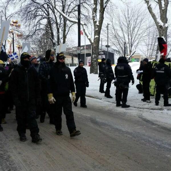 Les manifestants de groupes associés à l'extrême-droite, dont La Meute