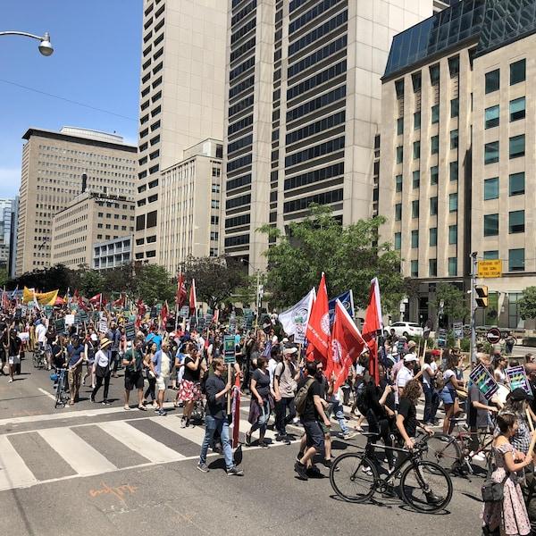 Une foule de manifestants