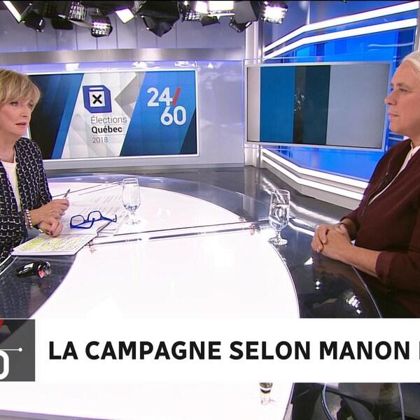 Manon Massé est assise devant Anne-Marie Dussault sur le plateau de tournage de l'émission 24/60.