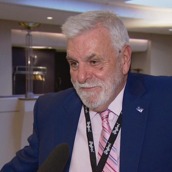Le président de l'ACFA provinciale, Marc Arnal répondant aux questions des journalistes.