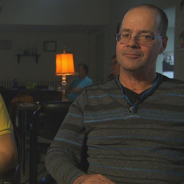 Marc Lépine (à gauche) et son frère Marcel Lépine (à droite), qui vit avec un traumatisme cranio-cérébral.