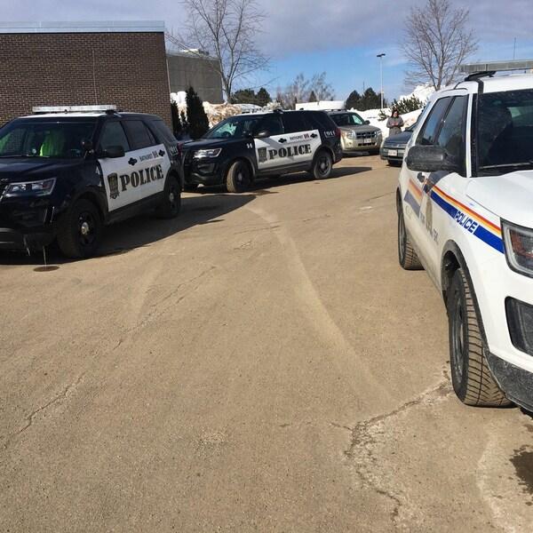 Voitures de police à l'École Népisiguit, à Bathurst.