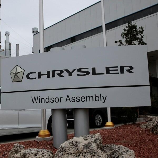 Le logo de Chrysler sur une pancarte à l'entrée d'une usine d'assemblage à Windsor