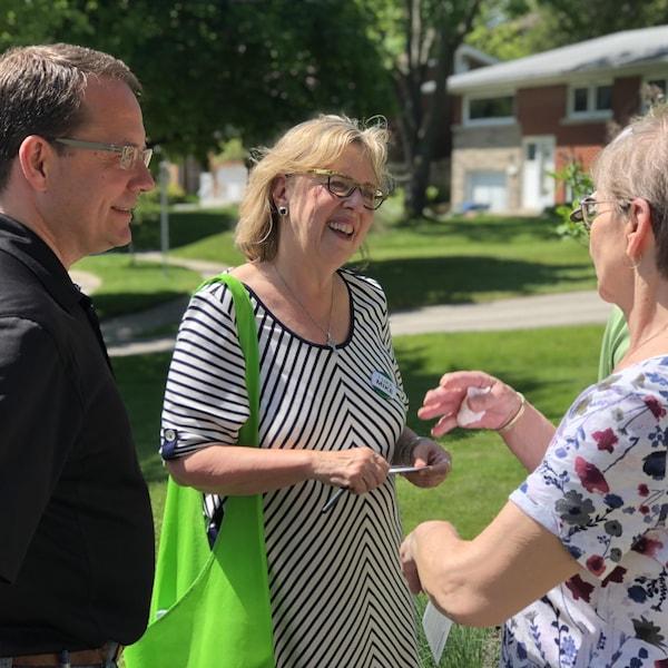 Le chef du Parti vert de l'Ontario, Mike Schreiner, en compagnie de la chef fédérale des Verts, Elizabeth May, en campagne à Guelph.
