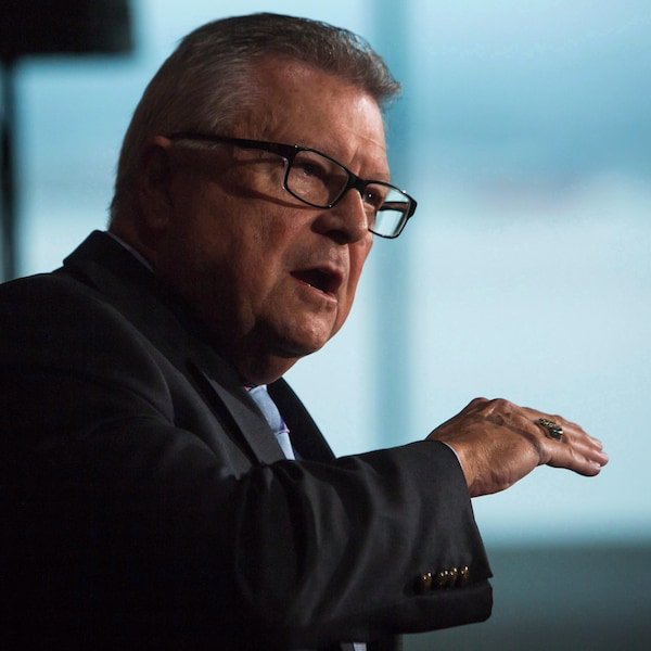 Ralph Goodale prononce une allocution devant un podium.