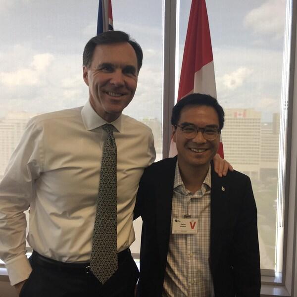 Le ministre des Finances Bill Morneau pose avec Kevin Chan.