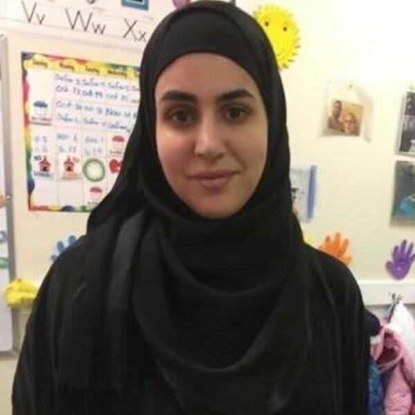 Nadia Atwi habillée d'un hijab noir est portée disparue à Edmonton depuis vendredi.