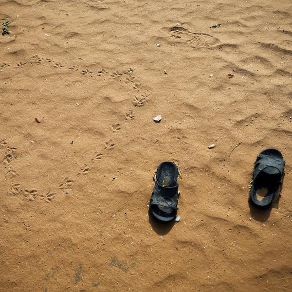 Une paire de sandale d'une des étudiantes enlevées par Boko Haram à Dapchi jonche jonche le sol de l'école où a eu lieu l'enlèvement.