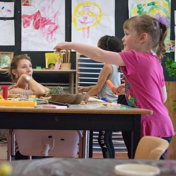 Des experts recommandent au gouvernement de la Nouvelle-Écosse de créer un réseau public de centres de la petite enfance.