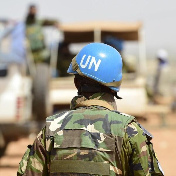 Un soldat de dos avec un casque bleu de l'ONU.