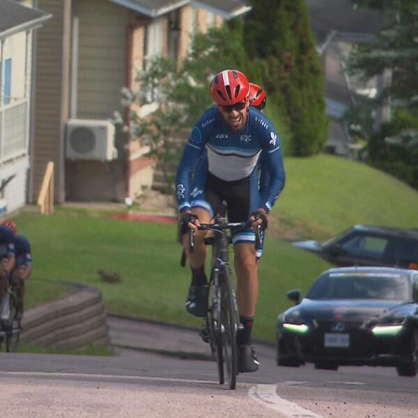 Des cyclismes montent une cote.
