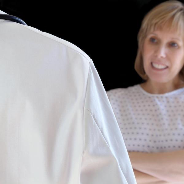 Une patiente parle avec un médecin.