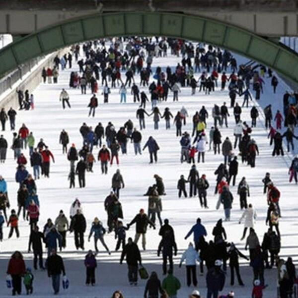 Des patineurs sur le Canal Rideau à Ottawa