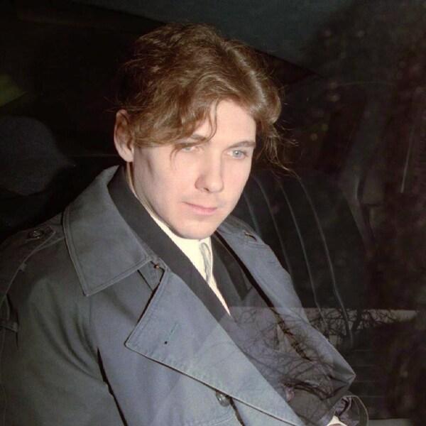 Photo de Paul Bernardo à bord d'une voiture.