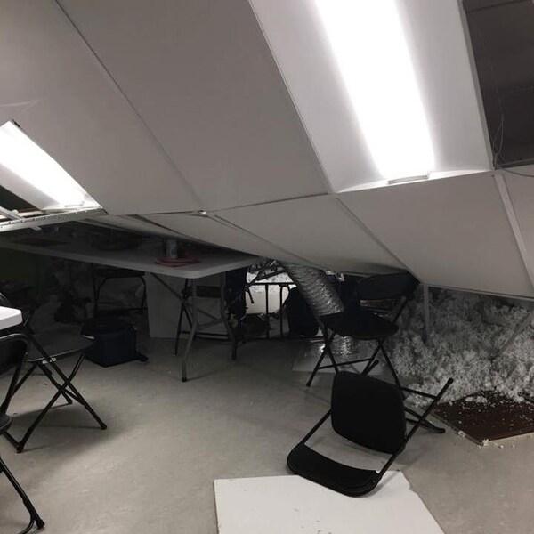 Les tuiles du plafond sur des chaises