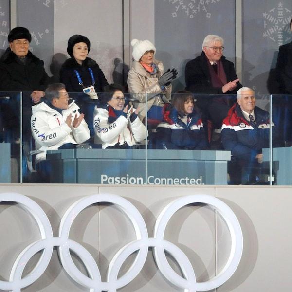 Mike Pence est assis dans une estrade, entouré de Coréens et de Japonais.