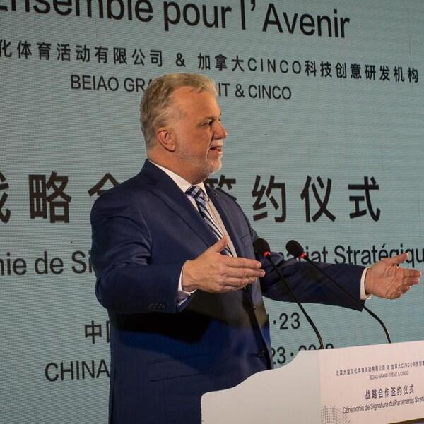 Le premier ministre Philippe Couillard devant une tribune en Chine