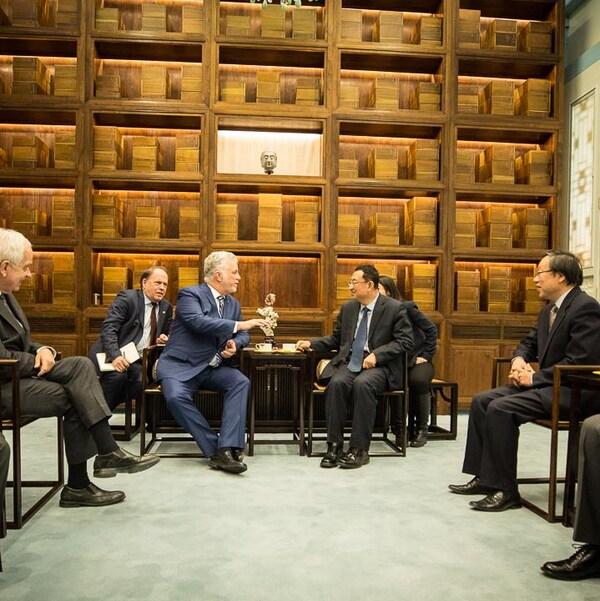 MM. Couillard et Shugang discutent dans l'un des salons feutrés du palais Janfu, à l'intérieur des murs de la Cité interdite.