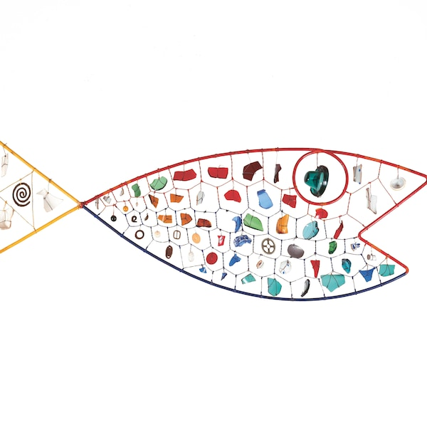 Une sculpture métallique en forme de poisson, signée Alexander Calder.