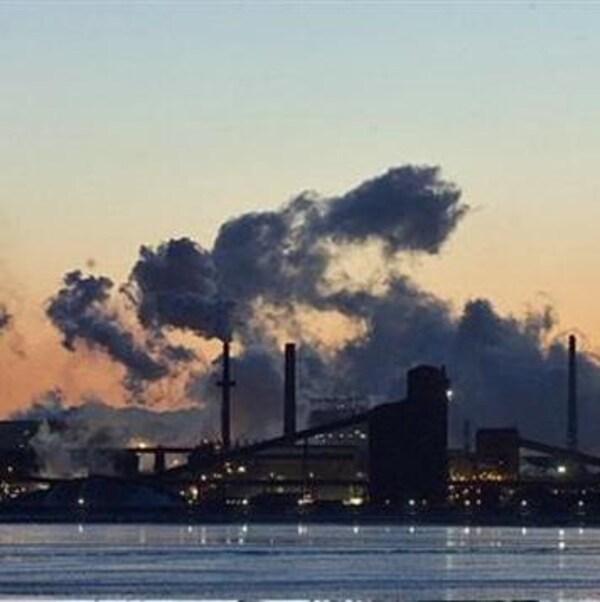 vue de Toronto avec de la fumée et des nuages, coucher de soleil