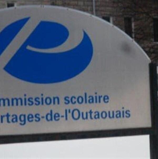 Un panneau de la Commission scolaire des Portages-de-l'Outaouais.