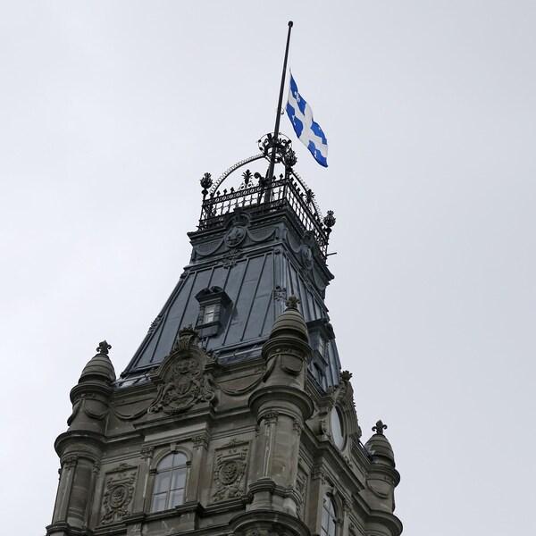 Le drapeau du Québec flotte au-dessus de l'Assemblée nationale, à Québec.