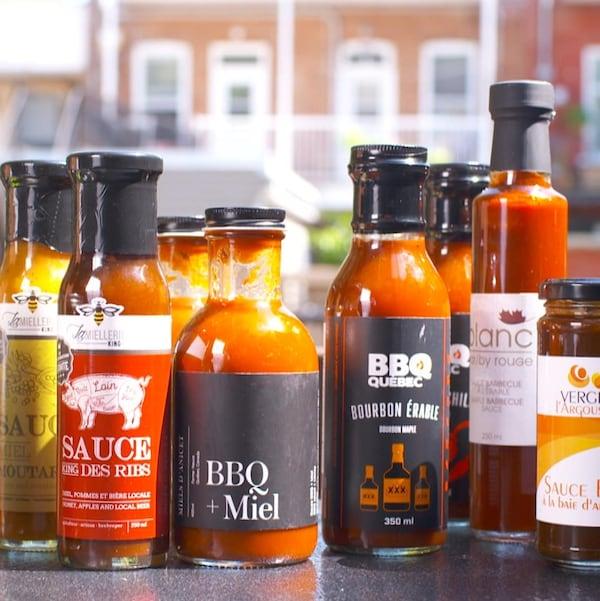 Des bouteilles de sauces BBQ.
