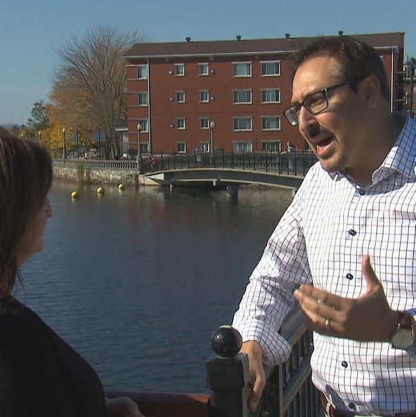 Le candidat indépendant à la mairie de Sherbrooke, Steve Lussier, en entrevue avec Annie Corriveau aux abords du lac des Nations