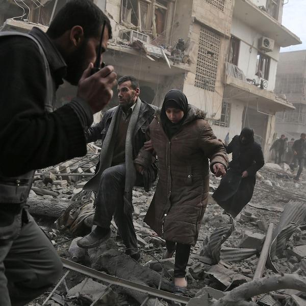 Des civils de la ville de Saqba dans l'est de la Ghouta tentent de fuir leur ville pendant une attaque aérienne du régime de Bachar Al-Assad.