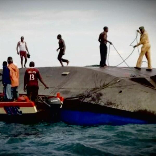 Des hommes à la recherche de survivants après le naufrage du ferry.
