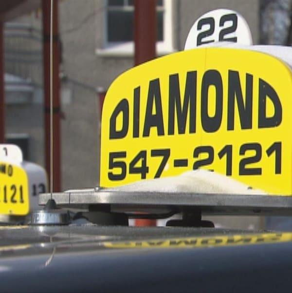 Des taxis de l'entreprise Taxi Diamond