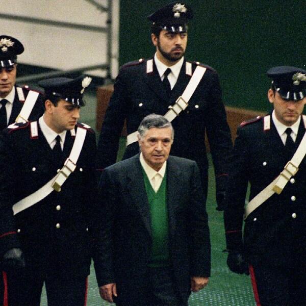 Le chef de la Cosa Nostra, Toto Riina, escorté par des policiers italiens.