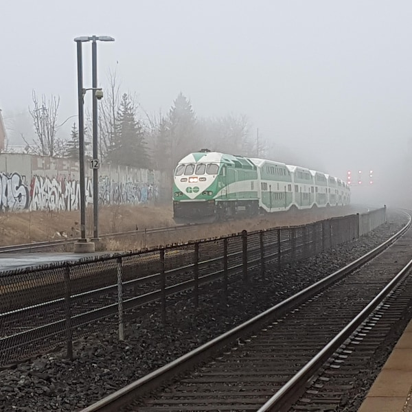 Photo d'un train GO qui roule sur les rails.