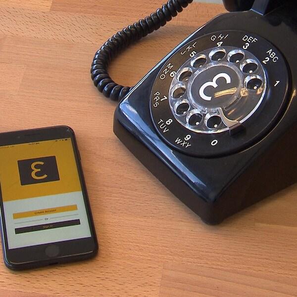 Un téléphone intelligent affichant le logo d'Eva aux côtés d'un téléphone à cadran.