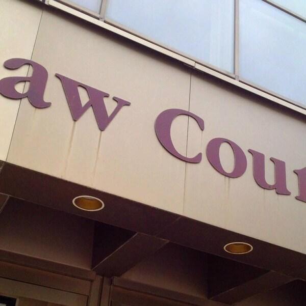 Gros plan sur les mots « Law Courts » inscrits sur l'édifice du palais de justice de Winnipeg.